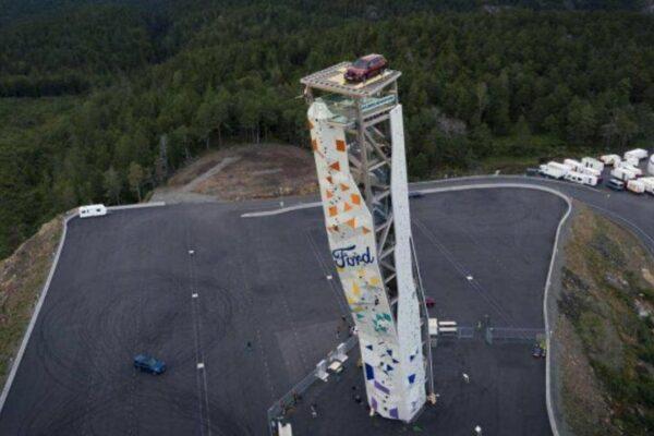 Chinh phục Ford Explorer bằng cách treo lên ngọn tháp cao 47 mét